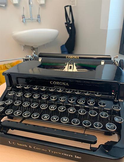 Chiếc máy đánh chữ Tom Hanks tặng Corona. Ảnh: Instagram.