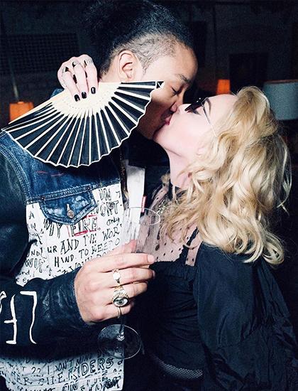 Madonna hôn bạn trai Ahlamalik Williams. Ảnh: Instagram.