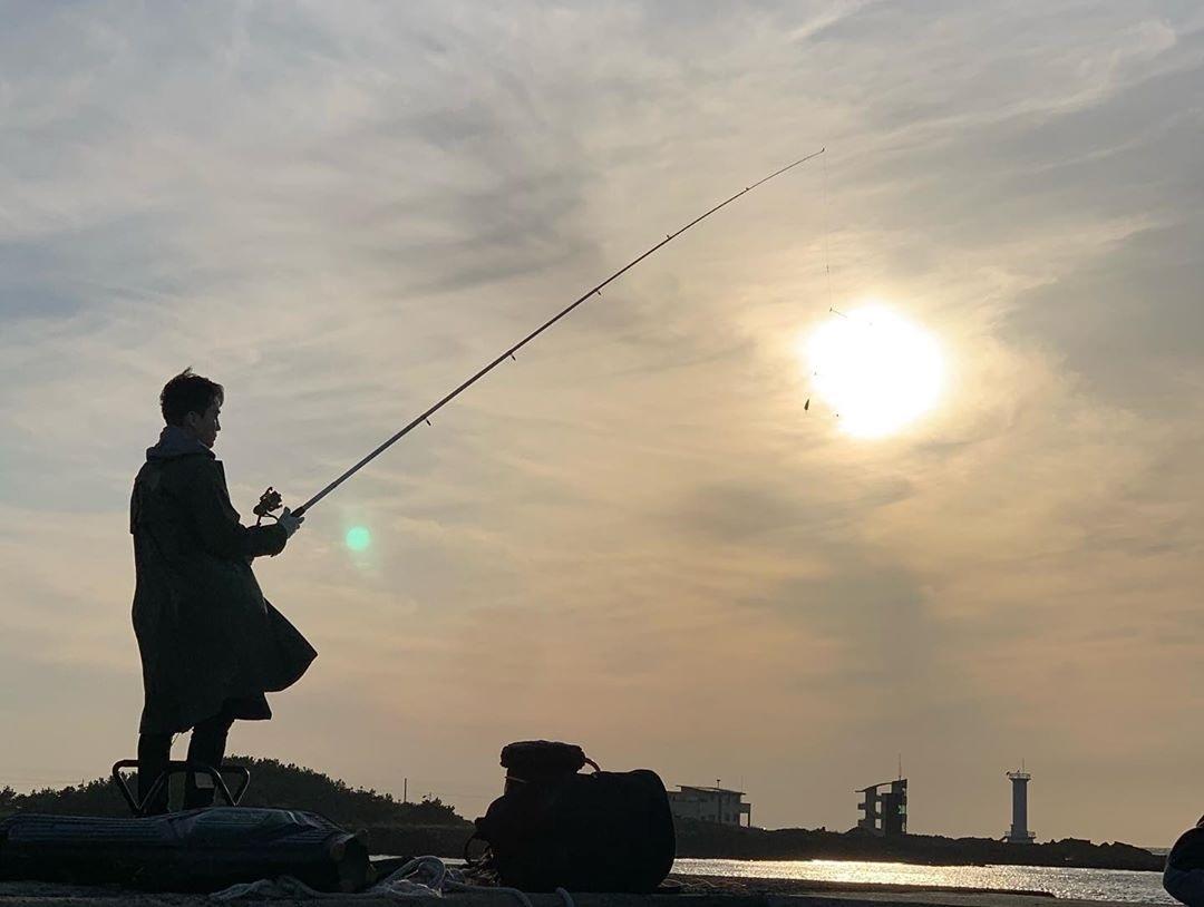 Seung Hun câu cá trên đảo. Ảnh: Instagram.