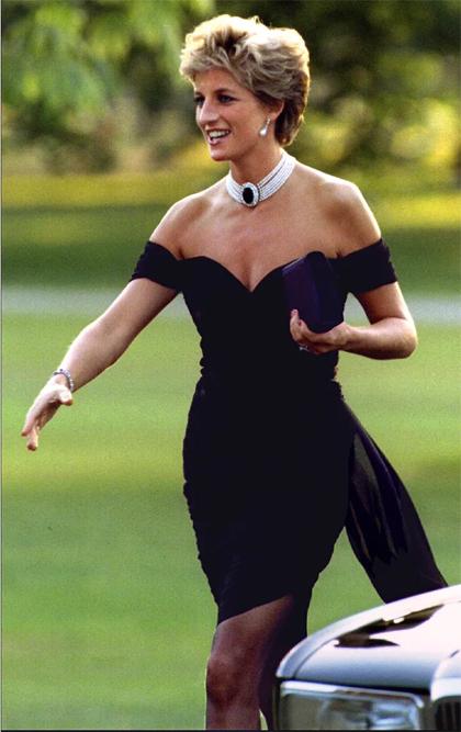 Công nương Diana mặc váy của Christina Stambolian tới sự kiện quyên tiền từ thiện của Vanity Fair năm 1994. Ảnh: Reuters.