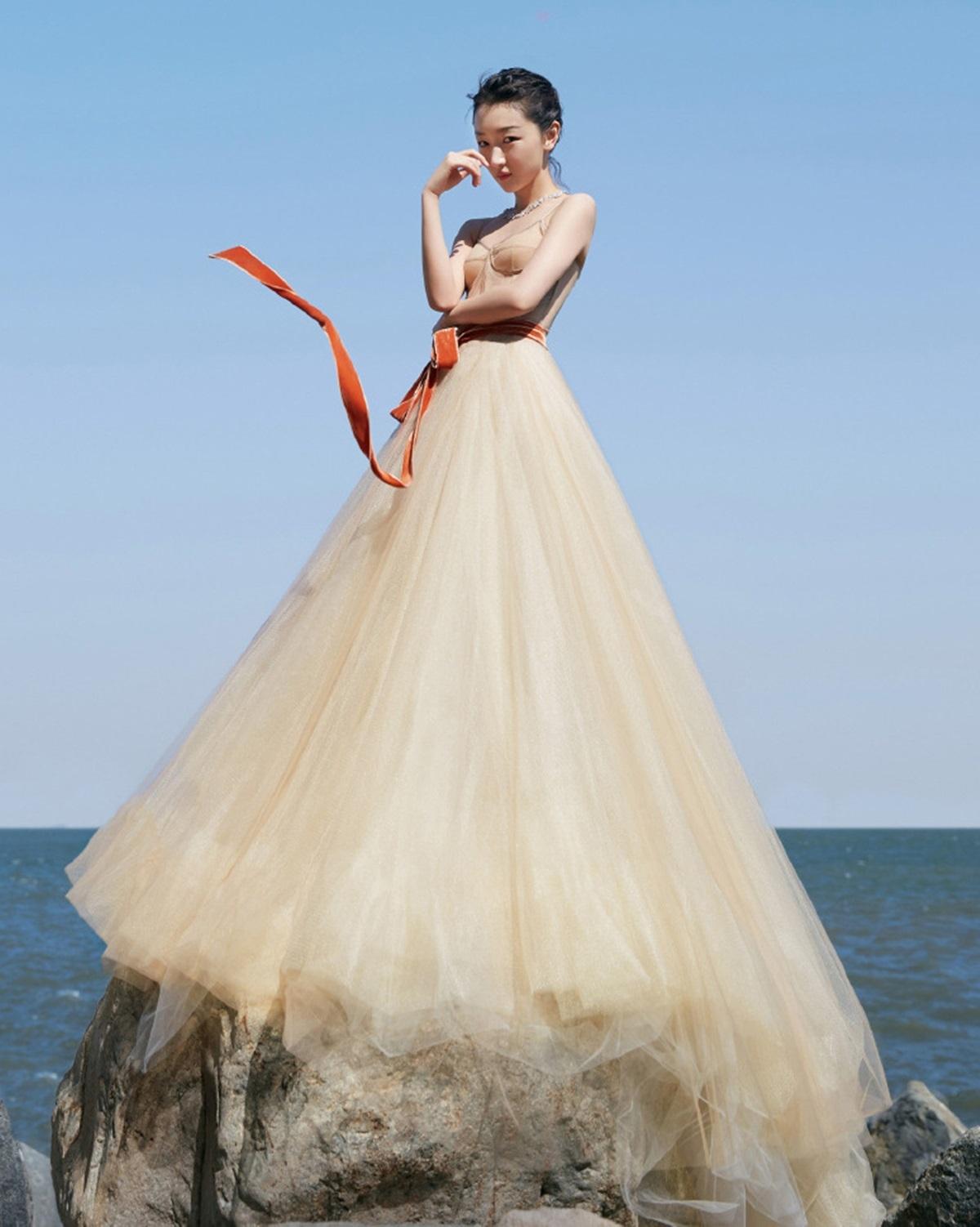 Tại Liên hoan phim Kim Kê, người đẹp 28 tuổi được ví như đóa hoa trên biển với mẫu váy nude của Vera Wang.