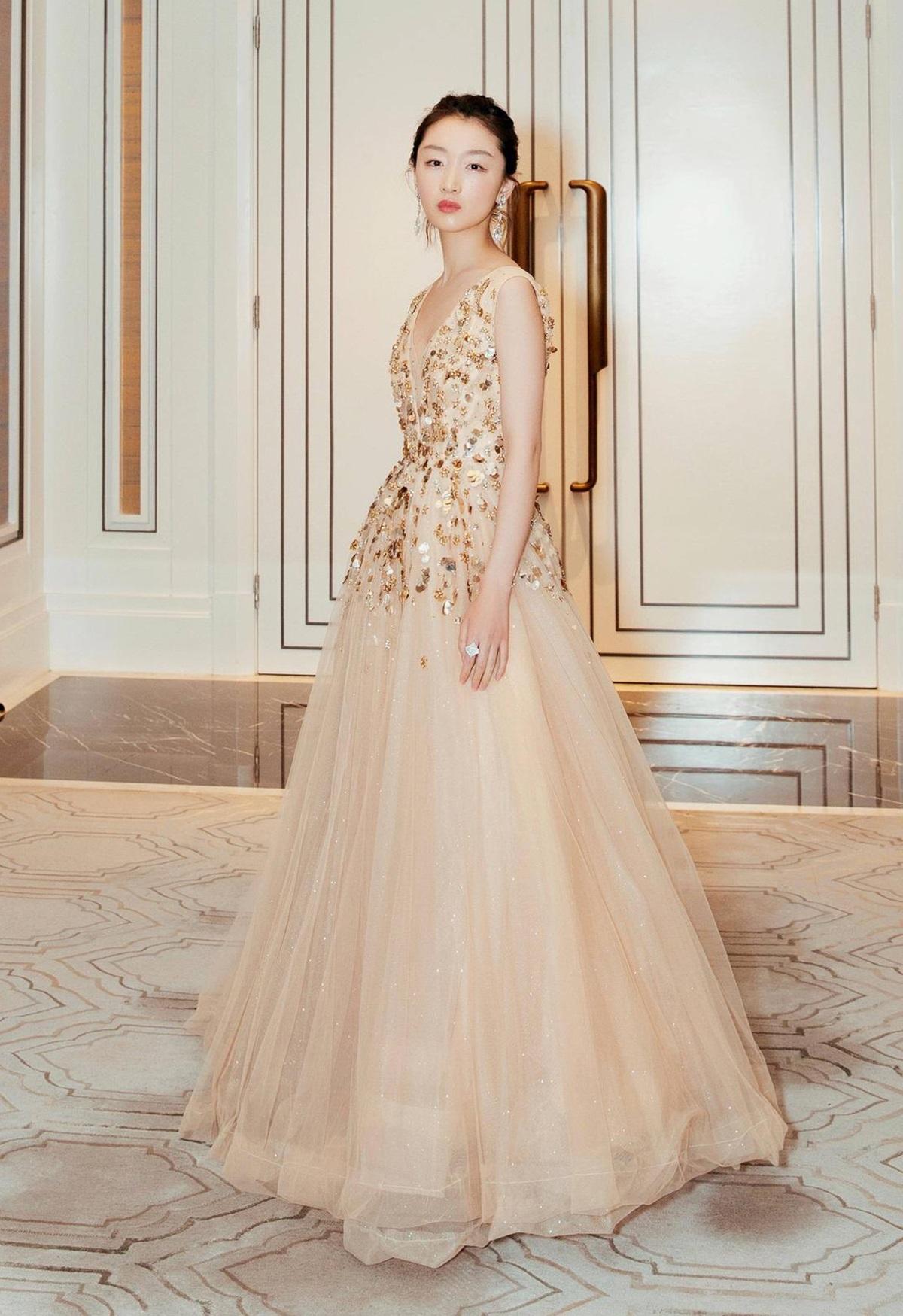 Cô diện váy dạ hội đính đá, màu be của Jenny Packham, tôn nét sang trọng bằng khuyên tai Boucheron tại sự kiện Tatlerball.