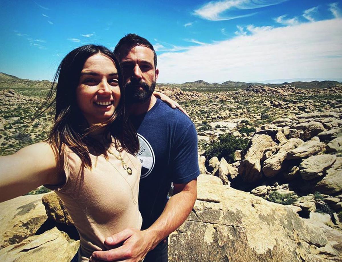 Hai người quen nhau cuối năm ngoái khi cùng tham gia phim Deep Water, hiện chuyển tới sống chung tại biệt thự của nam diễn viên ở California để tránh dịch cùng nhau.