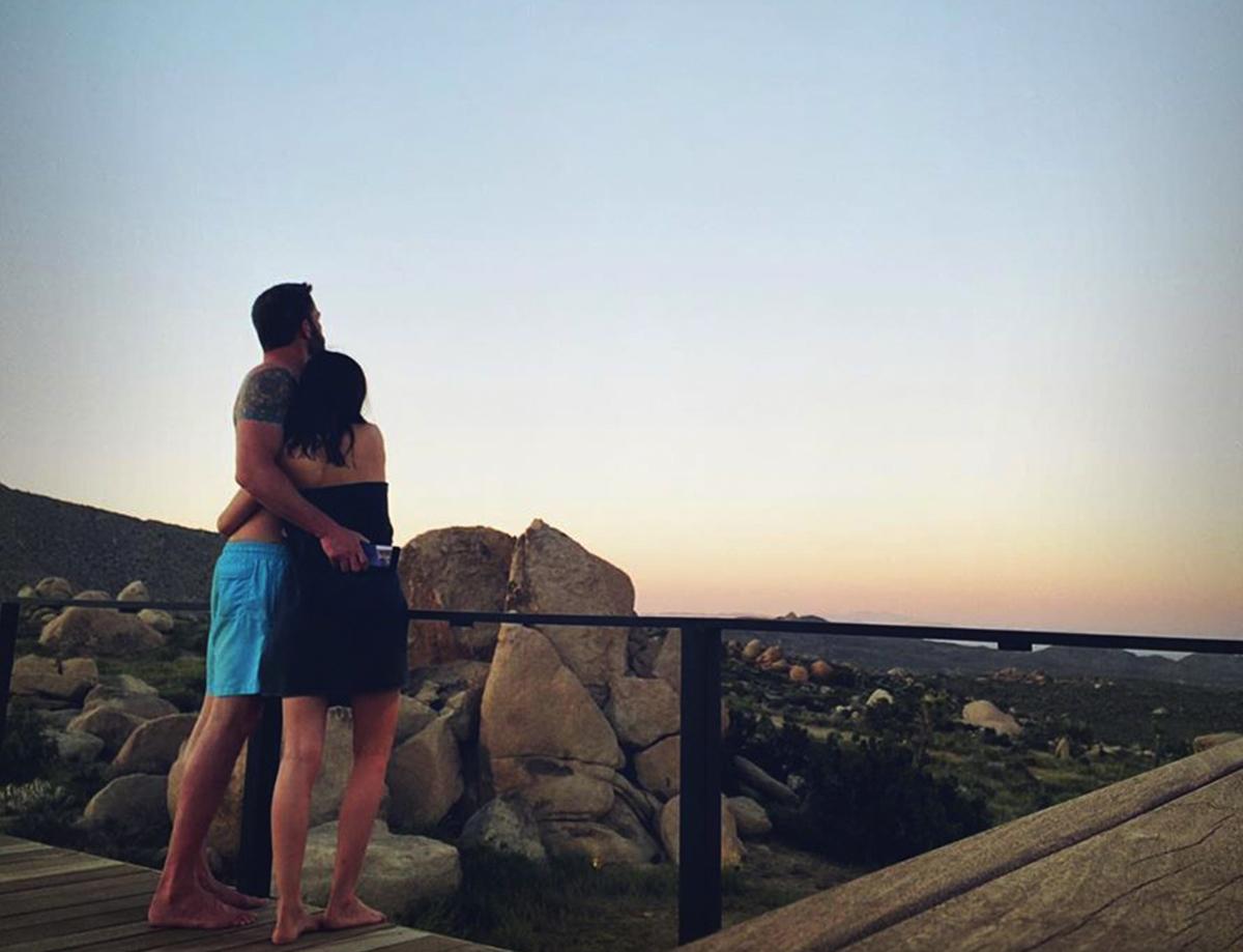 Sau bữa tối, cặp sao tình tứ cùng ngắm hoàng hôn từ ban công biệt thự giữa sa mạc.