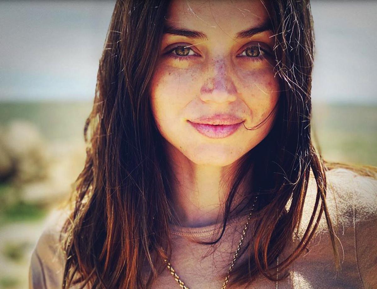 Ana de Armas sinh năm 1988 tại Cuba, chuyển đến Tây Ban Nha diễn xuất từ năm 18 tuổi.