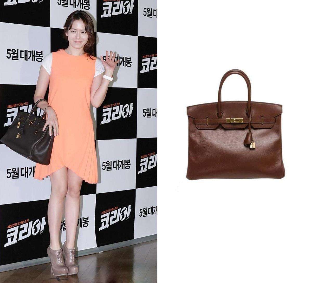 Tại buổi chiếu phim As One, Son Ye Jin gây sốt truyền thông với chiếc túi Hermes Birkin màu nâu, giá 11.995 USD - đắt nhất trong BST túi xách của cô. Diễn viên mix với váy Christoper Cane và ankle boots Camilla Skovgaard.