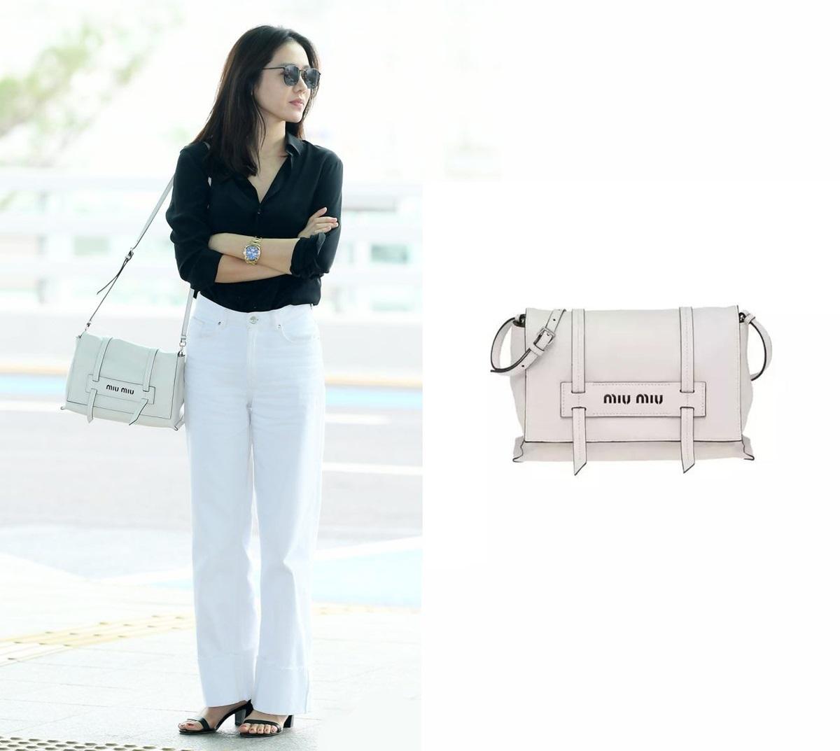 Truyền thông châu Á khen cô thanh lịch khi mix quần ống rộng và sơ mi đen, túi xách Miu Miu giá 1.420 USD hài hòa với tông trắng - đen của set đồ.
