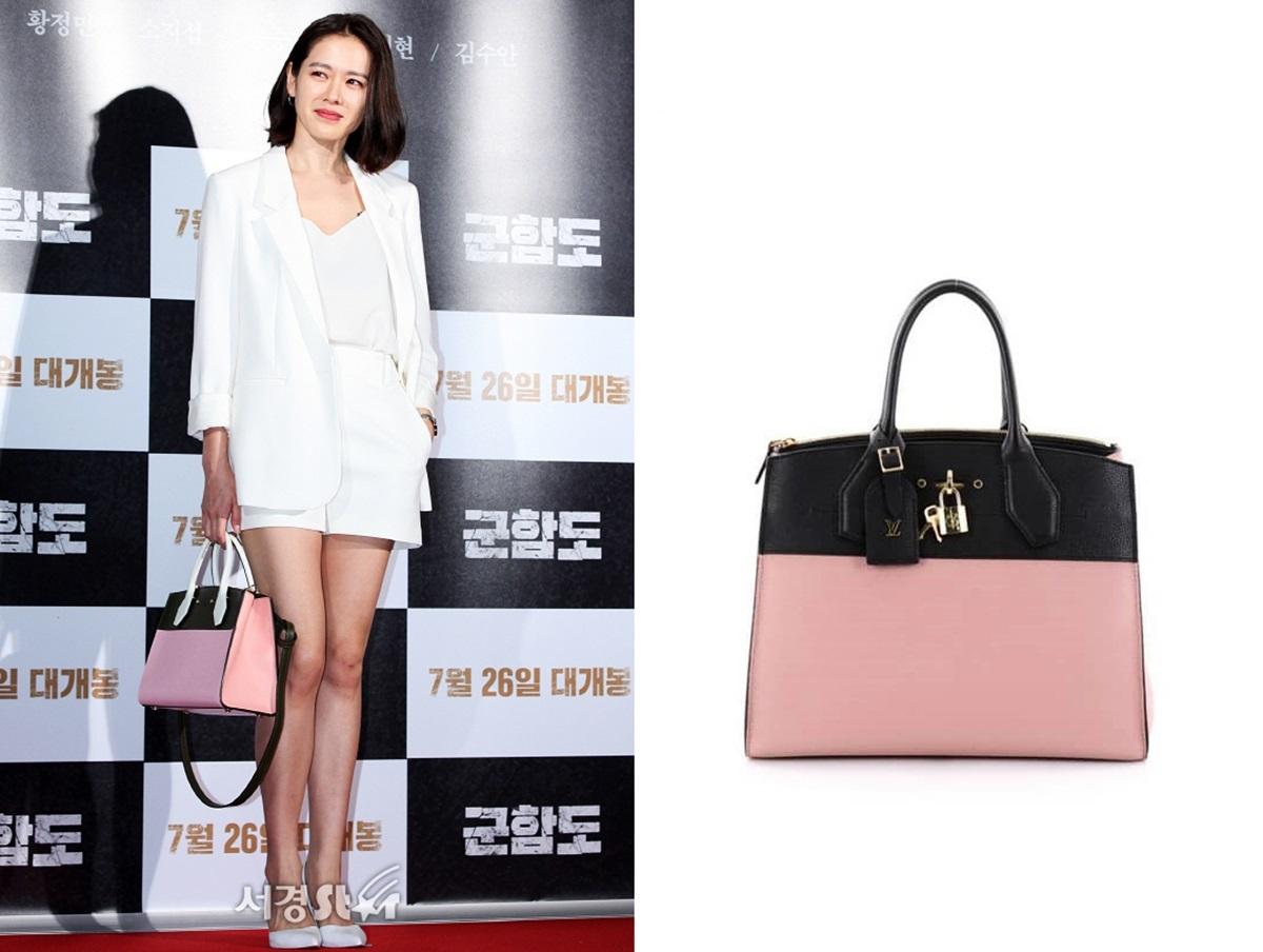 Trong buổi chiếu VIP phim Battleship Island (Đảo địa ngục), Son Ye Jin phối blazer, quần short đồng màu với túi Louis Vuitton hồng, đen.