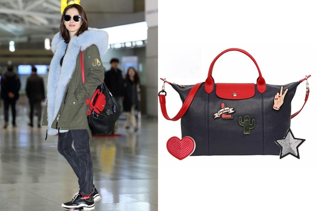 Tại sân bay Incheon, Son Ye Jin lăng xê phong cách năng động với quần jeans, giày thể thao và túi xách Longchamp trang trí họa tiết vui nhộn.