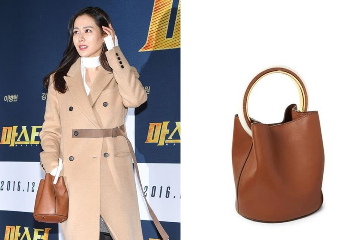 Dự buổi chiếu phim Master, cô chọn set đồ tông nâu chủ đạo gồm áo khoác dạ dài, túi bucket Marni giá 2.537 USD.