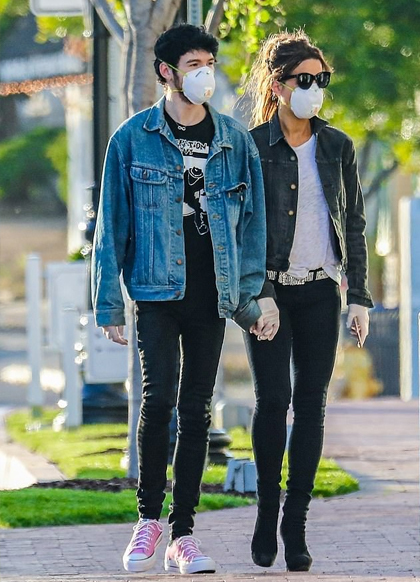 Ngày 3/5, thợ săn ảnh chụp được khoảnh khắc cặp sao tay trong tay dạo phố tại Los Angeles.