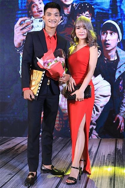 Mạc Văn Khoa và bạn gái dự ra mắt phim năm 2019. Ảnh: CGV.