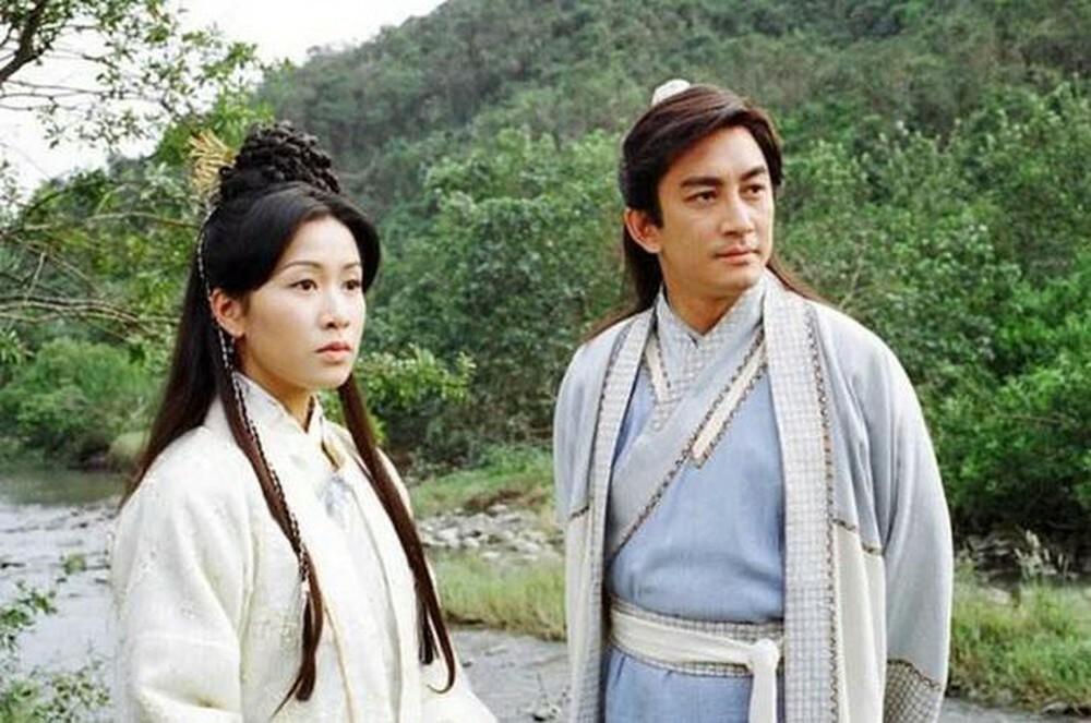 Khi công bố dàn diễn viên Ỷ Thiên Đồ Long Ký TVB 2001, Ngô Khởi Hoa bị nhiều khán giả chê già để đóng Trương Vô Kỵ, khi đó anh 37 tuổi. Trên Mingpao, nhà văn Kim Dung nói: Tôi chưa xem tạo hình cổ trang của Ngô Khởi Hoa nhưng từ phim Bàn tay nhân ái mà cậu ấy đóng, tôi tin diễn xuất của cậu ấy có thể bù đắp. Sau đó, phim gây sốt khi ra mắt, được khán giả chấm 8,3/10 điểm trên diễn đàn phim Douban.