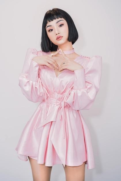 Sau khi giảm cân thành công, Miu Lê mặc đẹp hơn, kể cả với những trang phục kén dáng như vải lụa bóng. Mái tóc bob ép thẳng giúp cô giúp cô trông năng động, hiện đại nhưng vẫn nữ tính.