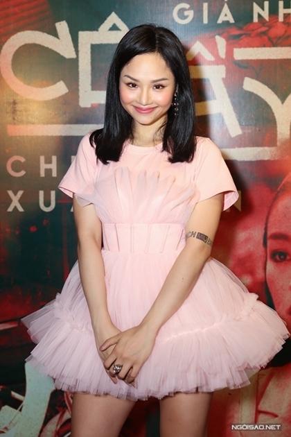 Tháng 9/2019, Miu Lê để lại kiểu tóc dài qua vai. Cô diện mẫu váy phom dáng xòe, kết hợp nhiều lớp vải nuốt dáng người mặc.