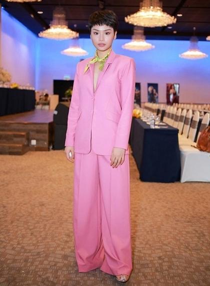 Từ khi cắt tóc ngắn, Miu Lê cũng thử nghiệm phong cách menwear. Tuy nhiên, cô vẫn bị đánh giá không biết chọn trang phục tôn vóc dáng và chiều cao.