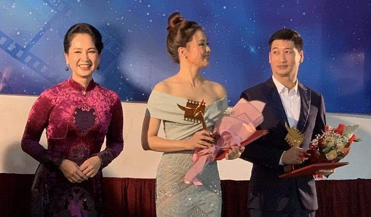 Nghệ sĩ Lan Hương (trái) trao giải cho Hồng Diễm (giữa) và Ngọc Quỳnh. Ảnh: VFC.
