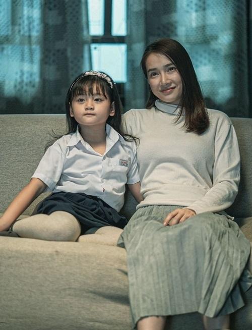 Nhã Phương (phải) và bé Bảo Tiên - được nhớ đến với vai Trà Long khi bé trong Mắt biếc. Ảnh: CJ.