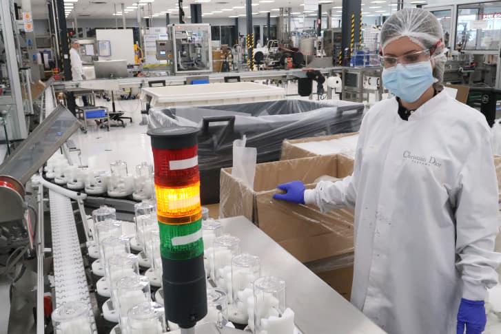 Công nhân nhà máy Christian Dior trong dây chuyền sản xuất gel rửa tay. Ảnh: LVMH.