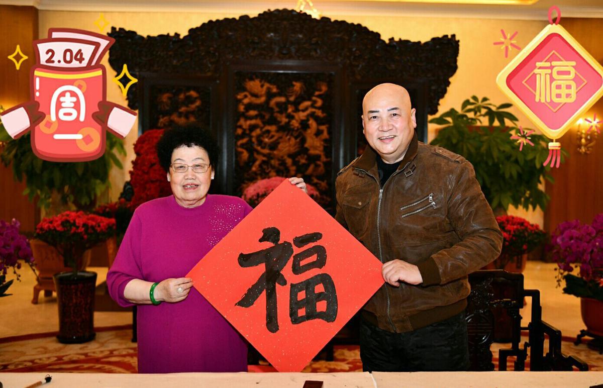 Vợ chồng Trần Lệ Hoa, Trì Trọng Thụy viết thư pháp chữ Phúc. Ảnh: Weibo.