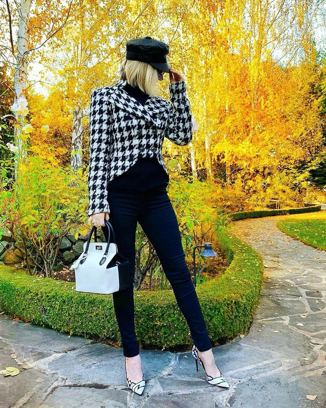 Màu đen và trắng yêu thích của tôi cho mùa đông ... mặc áo khoác @chanelofficial mũ @dior jeans @ragandbone bag @hermes giày @louboutinworld.
