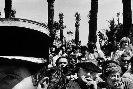 Khán giả chen chúc bên ngoài rạp chiếu tại Cannes năm 1985. Ảnh: Magnum Photos.
