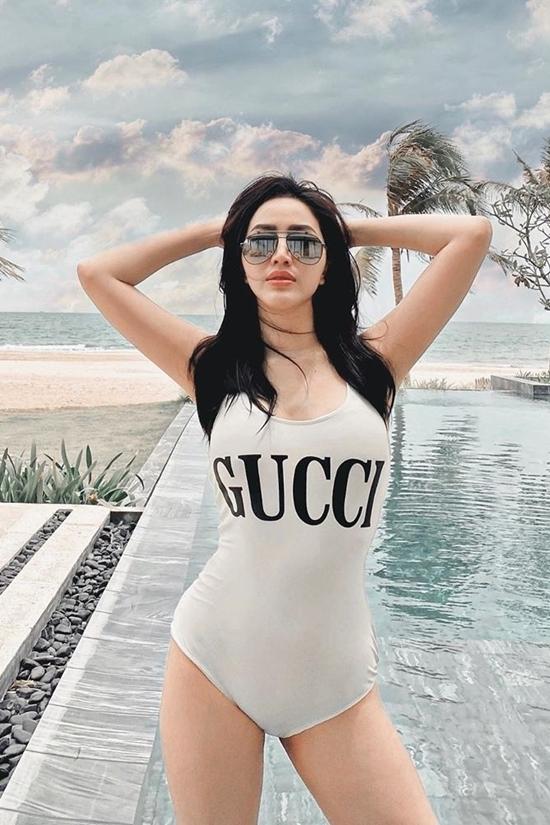 Ca sĩ tạo dáng với swimsuit hiệu Gucci.