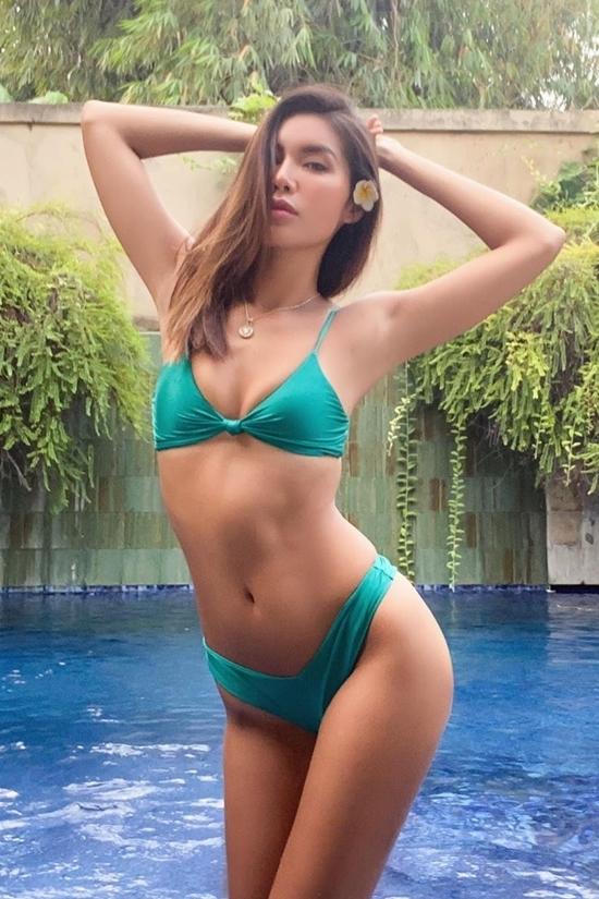 Minh Tú với bikini cách điệu từ chiếc nơ. Người mẫu vẫn tự cách ly tại một villa ở đảo Bali.