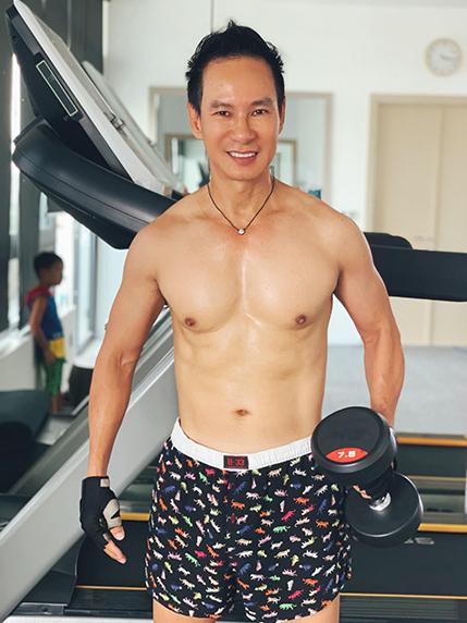 Lý Hải khoe cơ bắp ở tuổi 52.