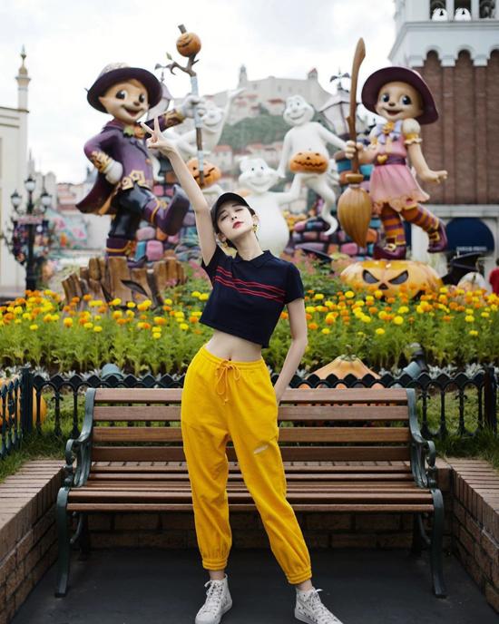 Trên Sohu, Na Trát nói đời thường, cô chuộng trang phục đơn giản, tạo cảm giác thoải mái. Người đẹp có tủ giàysneaker hơn 100 đôi.
