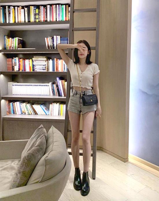 Diễn viên phối mẫu áo của Urban Outfitters cùng quần short của SMFK, phụ kiện túi và boots củaAlexander McQueen.