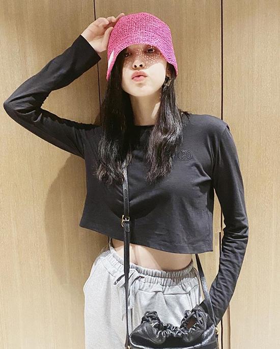 Cô tạo điểm nhấn với mũ màu sắc nổi bật khi diện đồ đen, xám.
