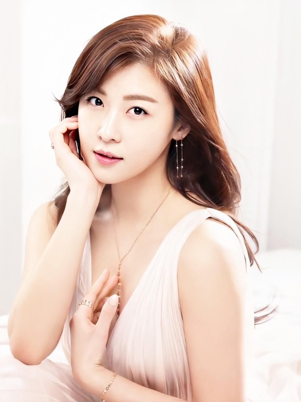 Ha Ji Won cũng được đánh giá cao đường nét và gu thời trang. Ở tuổi 42, cô thường được khán giả khen trẻ, không chênh lệch khi đóng tình nhân với đàn em kém nhiều tuổi. Dù bận rộn, diễn viên duy trì tập cardio (những bài tập làm tăng nhịp tim)vì nó tác động tới tim mạch, hệ tuần hoàn, đốt cháy mỡ thừa, giúp giảm cân hiệu quả.Cô cải thiện làn da và sức khỏe bằng cách ăn uống hợp lý, tăng cườngcác loại hạt, trái cây và sữa chua.