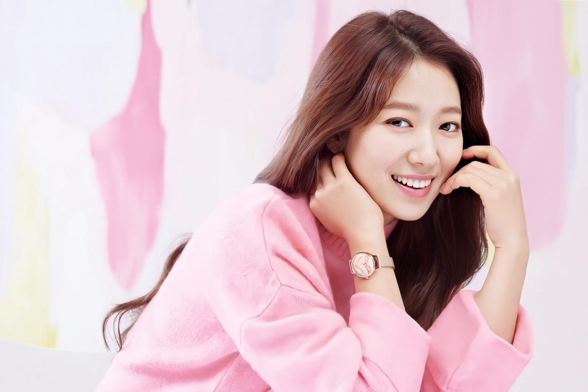 Park Shin Hye đóng phim từ khi còn rất trẻ, ngoại hình lúc bụ bẫm, khi hơi gầy nhưng thu hút người đối diện ở sóng mũi thẳng, nụ cười tươi. Khi trưởng thành, cô cố gắng kiểm soát cân nặng, ăn diện hợp thời trang và chú trọng chăm sóc da. Các nhà giải phẫu thẩm mỹ từng nói diện mạo của Shin Hye không sắc nước hương trời nhưng dễ gây thiện cảm.