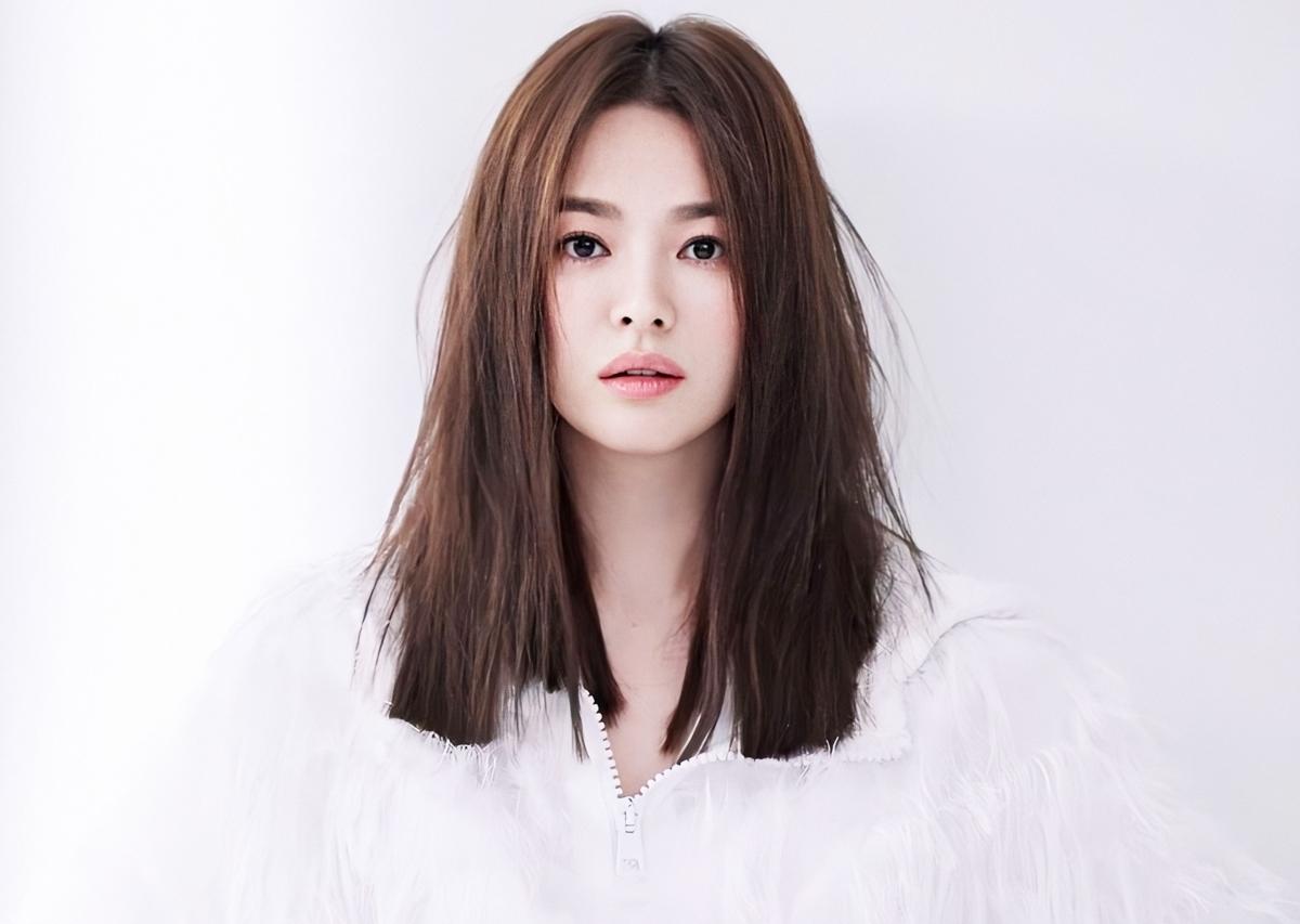 Song Hye Kyo luôn nằm trong top Biểu tượng nhan sắc Hàn Quốc, không khác biệt so với loạt ảnh thời bé cô từng đăng trên trang cá nhân. Trang Ystartừng ví nét đẹp của cô như hoa anh đào trắng - thuần khiết, mong manh. Trên SBS, một chuyên gia thẩm mỹ từng nói nhiều cô gái mong muốn chỉnh sửa, sở hữu đường nét như Hye Kyo. Ở tuổi 39, diễn viên Trái tim mùa thu thường được khen trẻ, làn da không tuổi. Trên Pann, nhiều khán giả nói không thích thần tượng đánh tóc rối, trang điểm đậm.