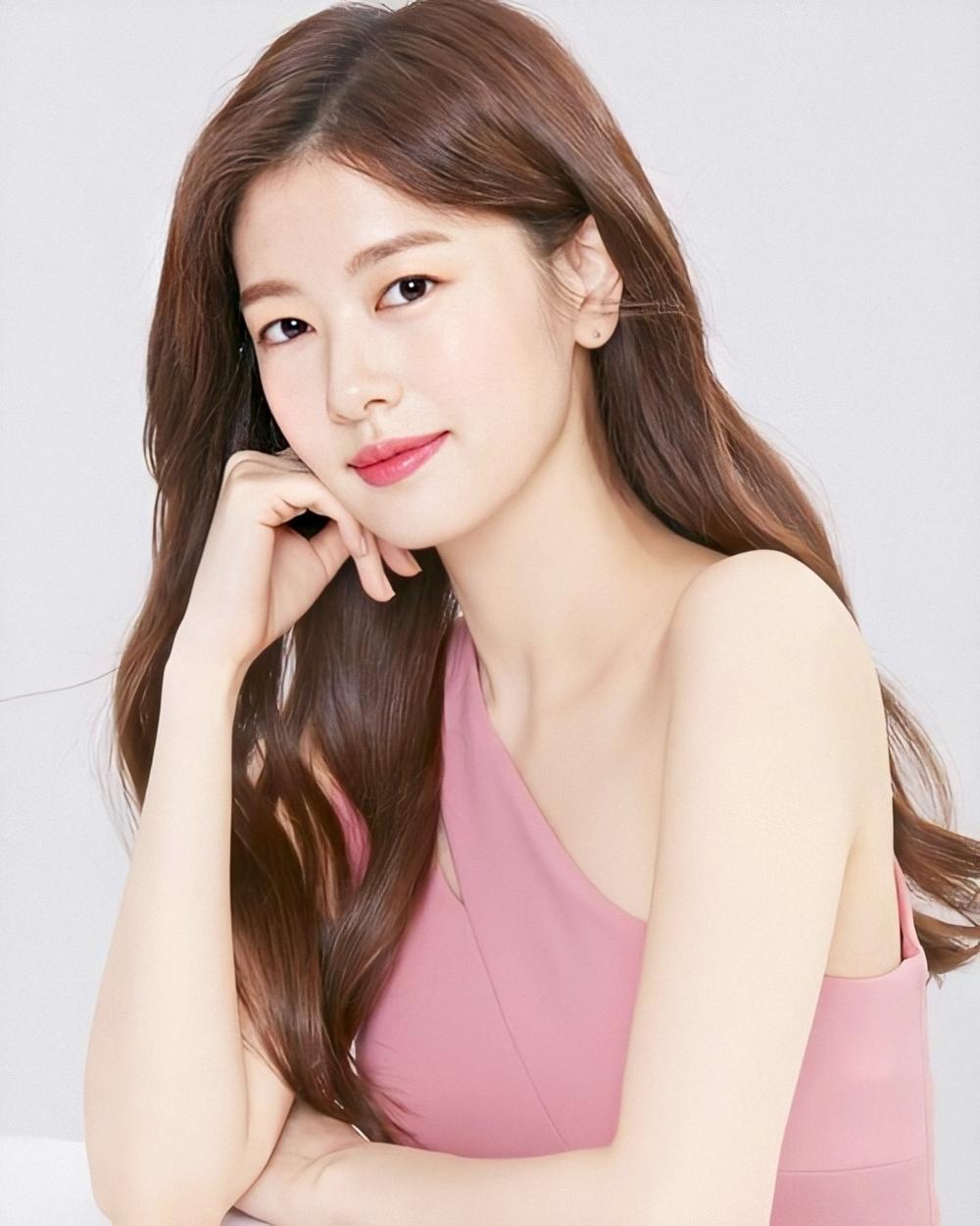 Jung So Min - nữ chính phim Người cha xa lạ - được các chuyên gia thẩm mỹ nhận xét diện mạo thuần Hàn, da sáng khỏe, hình thể cân đối, gương mặt trong sáng. Diễn viên cũng chú trọng chế độ ăn khoa học, tập thể dục mỗi ngày và chăm sóc da bằng sản phẩm chiết xuất thiên nhiên.