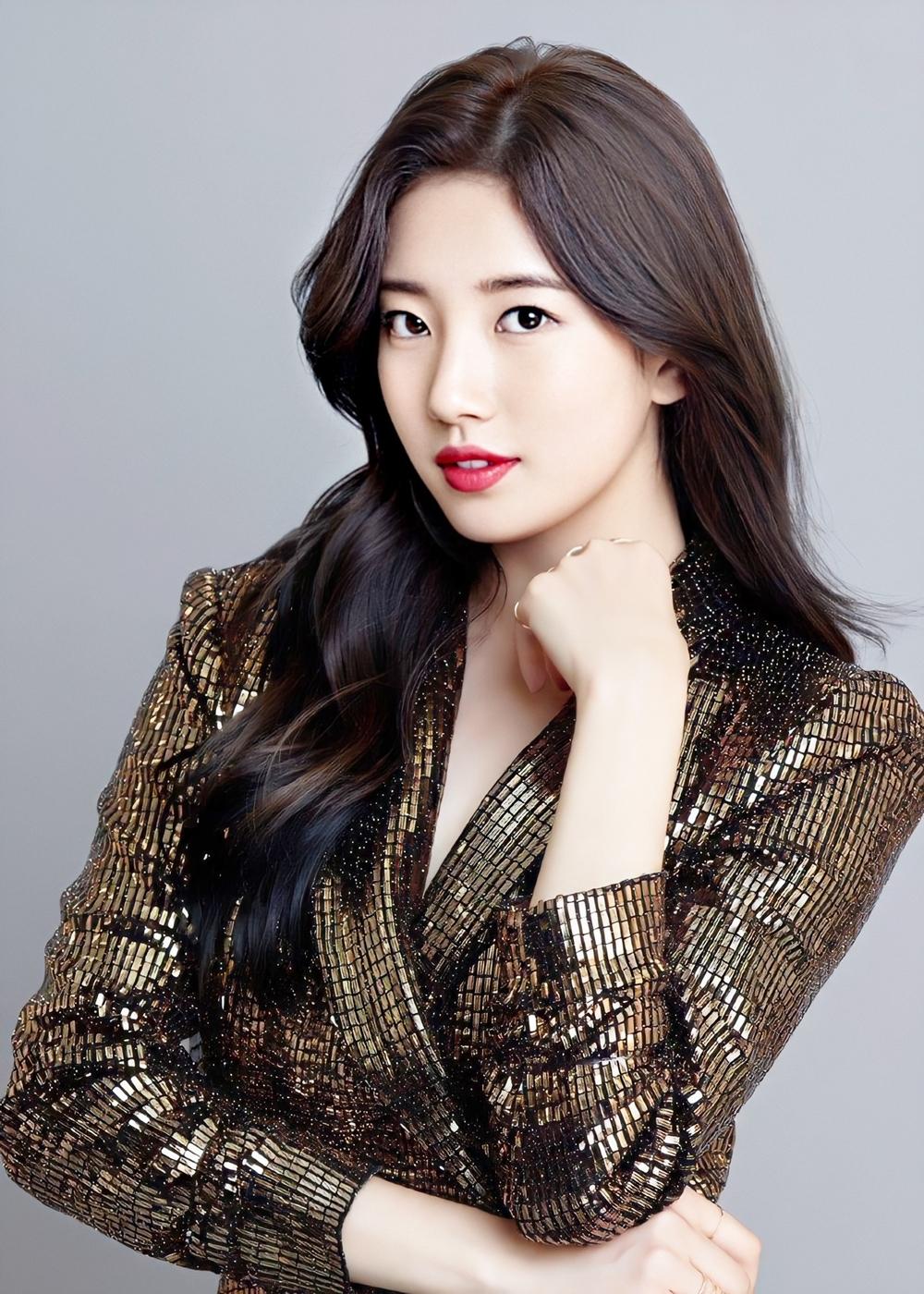 Theo Naver, Suzy được khán giả gọi là Nữ thần mặt mộc vìthường xuyên xuất hiện với khuôn mặt không son phấn. Khi make-up thì sắc sảo, cuốn hút. Người đẹp từng tiết lộ chăm sóc da bằng cách uống nhiều nước, massage mỗi ngày, chỉ dùng thực phẩm tốt cho sức khỏe, duy trì lối sống lành mạnh và chế độ ăn xanh.