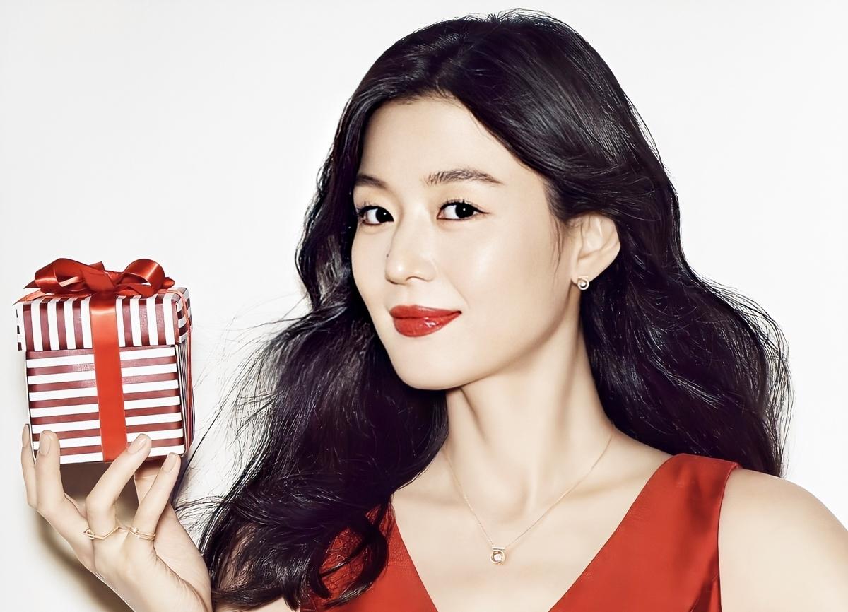 Theo Kdramabuzz, Seoul (Hàn Quốc) là kinh đô phẫu thuật thẩm mỹ lớn của thế giới. Chỉ tính riêng tại khu nhà giàu Gangnam đã có hơn 500 trung tâm làm đẹp. Để tự tin hoạt động nghệ thuật, nhiều sao nam, nữ không ngại công khai dao kéo cải thiện diện mạo. Bên cạnh đó, cũng có nhiều trường hợp thuận lợi nhờ đẹp từ bé.Các chuyên gia thẩm mỹ Hàn chọn Jeon Ji Hyun đứng đầu danh sách đẹp tự nhiên. Cô cao 1,73 m, nặng 50 kg, ghi điểm ởđường nét hài hòa, làn da sáng mịn, nụ cười, Suốt hai thập kỷ, sao Cô nàng ngổ ngáo thường để tóc dài, ủ dưỡng bằng các sản phẩm chiết xuất từ thiên nhiên. Cô cũng chú trọng tẩy trang mỗi ngày, tẩy tế bào chết và đắp mặt nạ bằng trái cây.