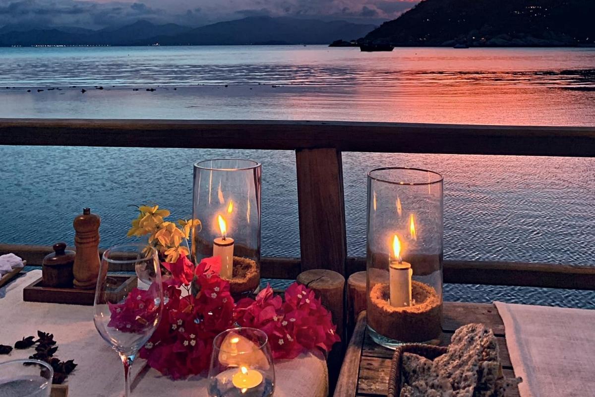 Tiệc tối với nến và hoa tại khuôn viên villa của hai vợ chồng.