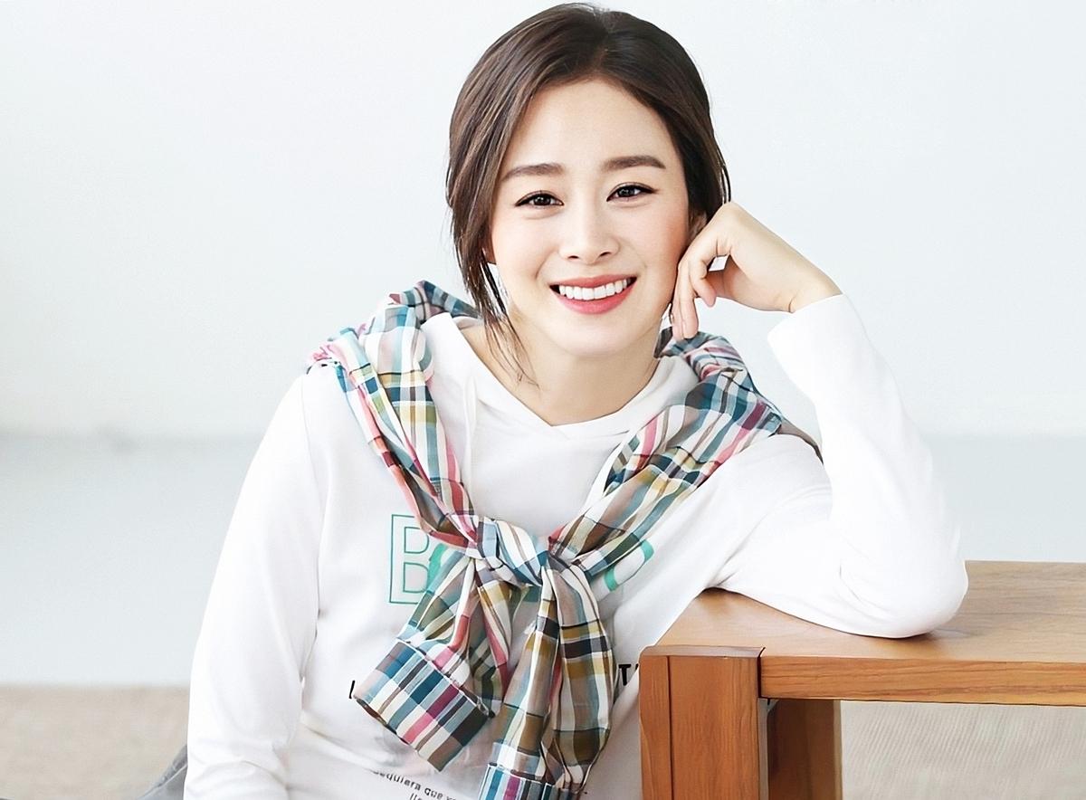 Kim Tae Hee  từng là Nữ thần học đường Đại học Quốc gia Seoul - trường danh giá nhất Hàn Quốc. TrangSport Chosun viết:Cô ấy thu hút mọi ánh nhìn với đôi mắt to tròn, làn da trắng mịn không tỳ vết. Còncác chuyên gia sắc đẹp củaYstarvídiễn viên đẹp tựa thủy trinh - được xem là nữ hoàng của các loài hoa tại Hàn Quốc - có màu trắng tinh khiết,thoát tục. Trong phim Hi bye mama, cô vẫn vào vai sinh viên dù đã 40 tuổi.