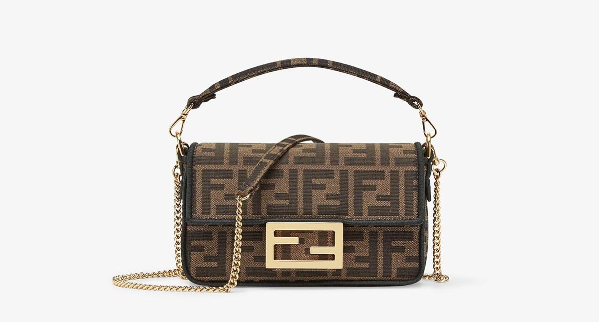 Dòng túi Fendi mini biểu tượng ghi điểm vớinắp túi và khóa hút nam châm, đính logo FF mạ vàng đặc trưng. Thiết kếlàm từ vải jacquard với họa tiết FF cỡ lớn, dây đeo mắc xích có thể tháo rời. Phụ kiện giá2.100 USD (hơn 49 triệu đồng).