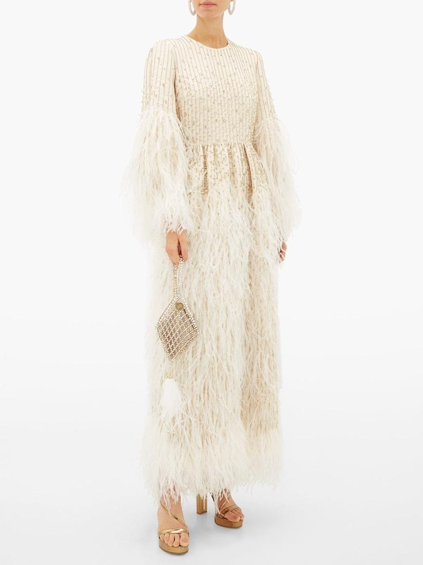 Vài năm gần đây, nhiều cô dâu không chọn váy cưới kiểu truyền thống mà đặt theo sở thích, tính cáchhoặc ý tưởng tiệc cưới. Tạp chí T & C gợi ý nữ giới10 thiết kế đa phong cách, từ boho, công sở, đồ ngủ...  Mẫu đầm trắng ngà thuộc BST Xuân Hè 2020 của nhà mốt Valentino được cắt may tại Italy, chế tác từ vải len và lụa. Nhà sản xuấtnhấnhạt cườm pha lê và những dải lông đà điểutrên ống tay, thân váy. Thiết kế có giá khá đắt đỏ 29.000 USD (hơn 676 triệu đồng).