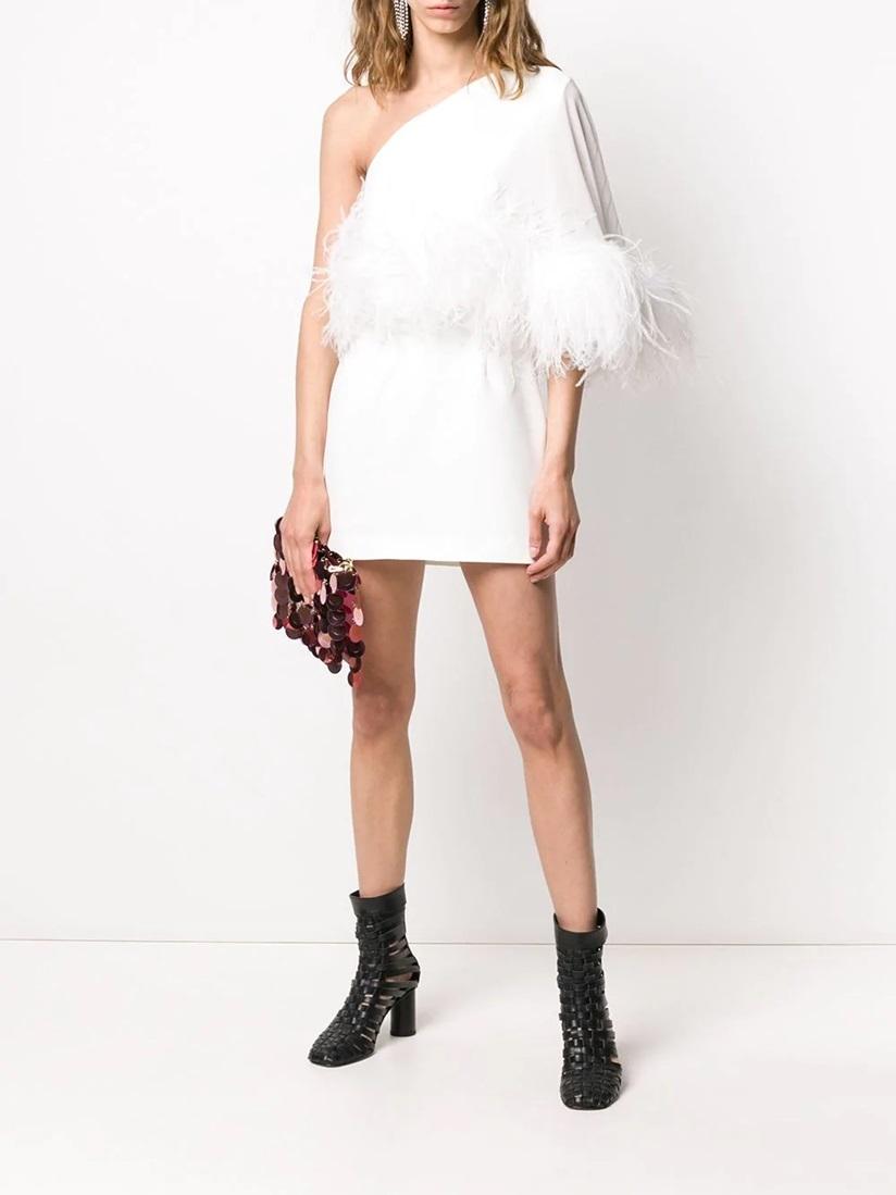 Váy ngắn lệch vai được hãng 16Arlington tạo điểm nhấn với phần lông vũ quấn quanh eo. Sản phẩm cắt may tại Anh, giá 1.242 USD (gần 29 triệu).