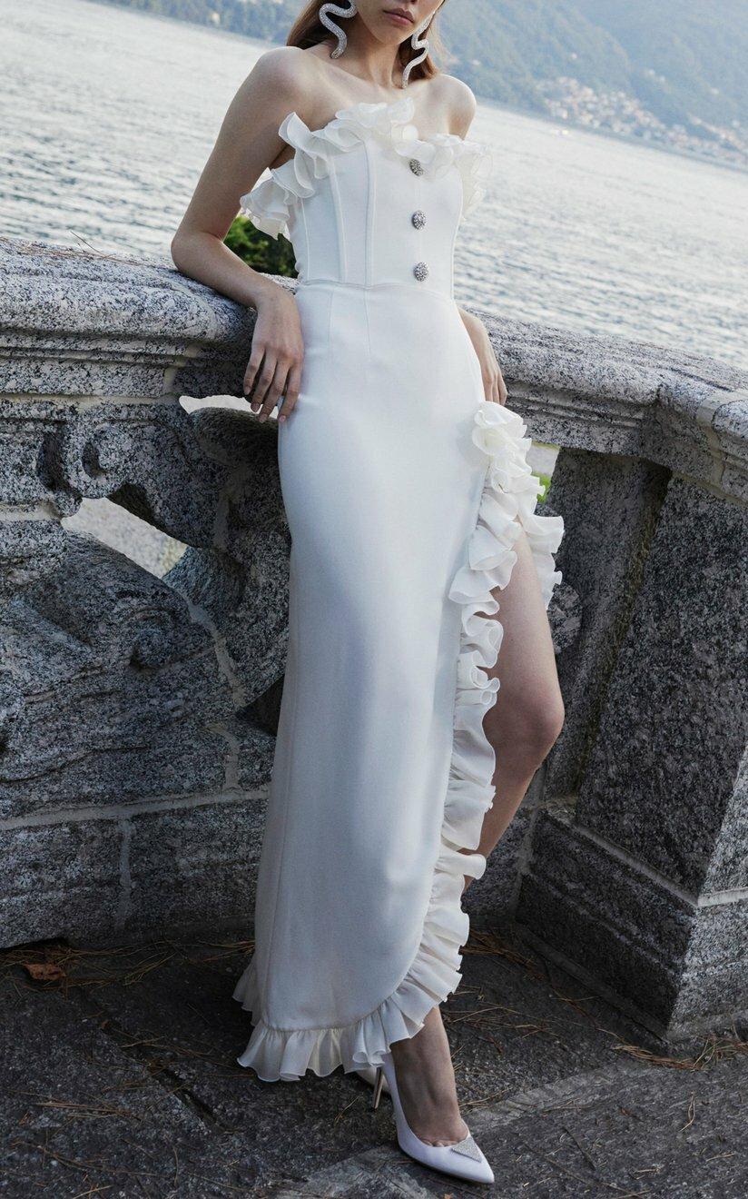 Alessandra Rich giới thiệu thiết kế pha trộn giữa maxi với váy cúp ngực đuôi cá. Hãng phối thêm bèo nhúm ở đường viền cổ áo và phần thân xẻ tà, tôn nét nữ tính. Sản phẩm có giá 1.610 USD, xuất xứ từ Italy.