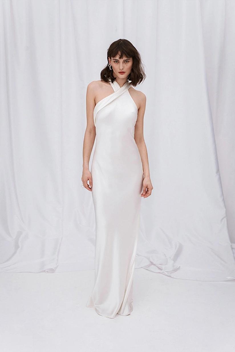 Váy lụa satin mang phong cách thập niên 1990 đang là món bán chạy của hãng Galvan. Trang Net-a-porter nhận xét thiết kế cổ yếm, dài ngang mắt cá chân, đơn giản nhưng vẫn gợi cảm. Váy có giá 1.695 USD (gần 37,6 triệu).