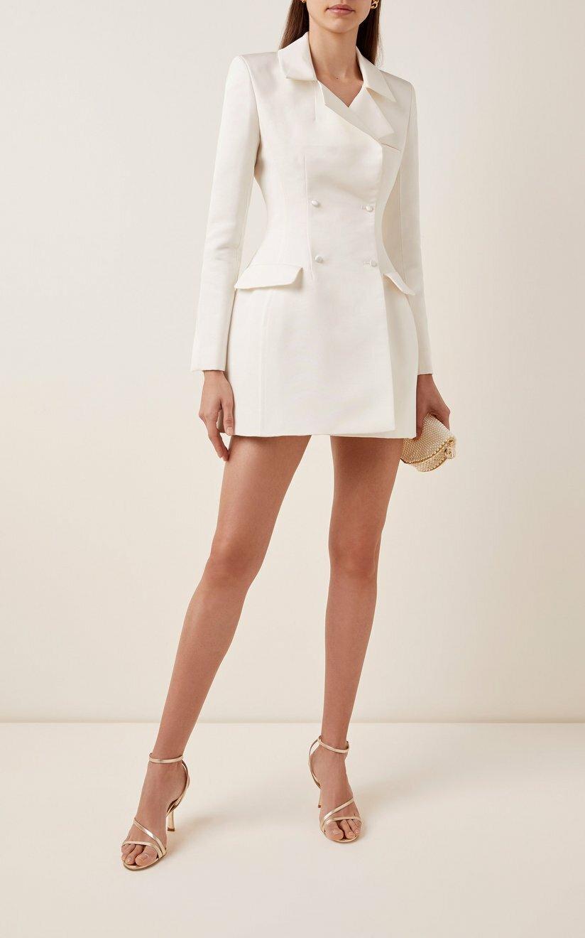 Nhà thiết kế váy cưới Danielle Frankel lăng xêđầm công sở cho cô dâungày trọng đại. Đầm cách điệu từ blazer, kiểu dáng thanh lịch, phù hợp với ngày đi đăng ký kết hôn. Thiết kếchế tác từ lụa, giá 2.850 USD (hơn 66,5 triệu).