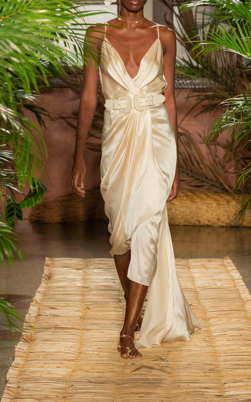 Trong bộ sưu tập Resort 20, Johanna Ortiz bổ sung mẫu đầm hai dây lấy cảm hứng từ váy ngủ. Thiết kế tôn dáng với thắt lưng có thể tháo rời và đường xếp nếp nhấn eo bất đối xứng. Nhà thiết kế gợi ý chị em mix cùng clutch và dép quai ngang cho tiệc cưới tối.