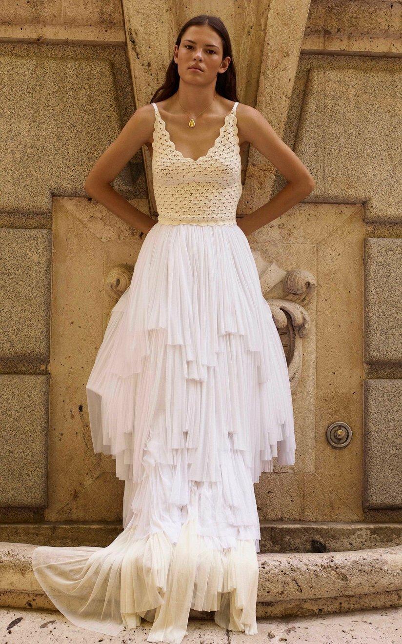 Bộ đầm rời của Alejandra Alonso Rojas phốiáo hai dây đan hình vỏ sò và chân váy xếp tầng từ lụa. Thiết kế mang phong cách boho, hợp với tiệc cưới trên bãi biển. Giá từ nhà sản xuất8.325 USD (hơn 194 triệu).