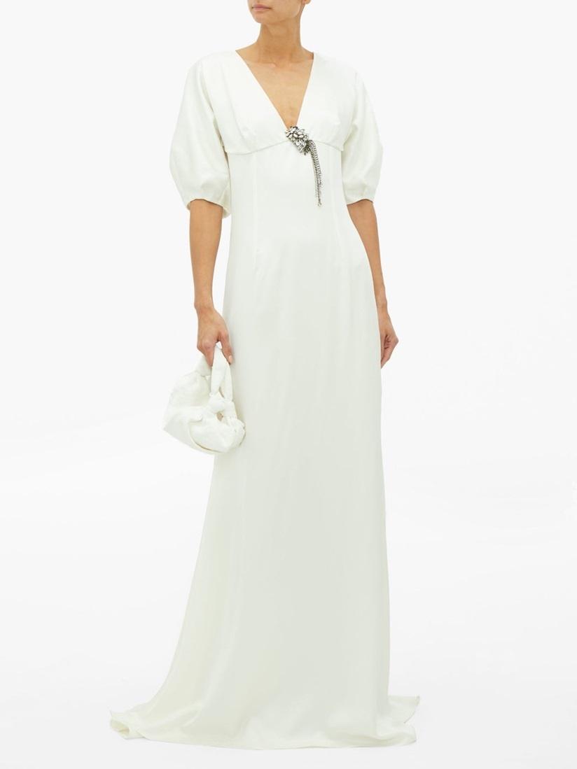 Mẫu váy trắng ngà trang nhã thuộc BST đầu tay của Julie de Libran - nhà thiết kế từng làm việc cho các hãng Prada, Versace, Louis Vuitton và Sonia Rykiel. Sản phẩm mềm mại với chất liệu lụa satin, trâm nạm pha lê có thể đính trênthân áo hoặc đeo thành vòng cổ. Thiết kế giá 3.507 USD (gần 82 triệu đồng).