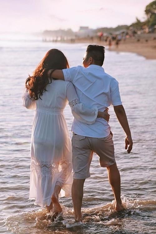 Trước đây, anh chỉ biết có công việc. Từ khi yêu cô, anh thường lên kế hoạch đưa cô và gia đình đi chơi. Sau khi kết hôn, họ mới đi du lịch riêng cùng nhau.